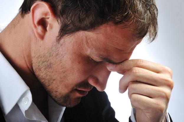Homem preocupado com sua ansiedade