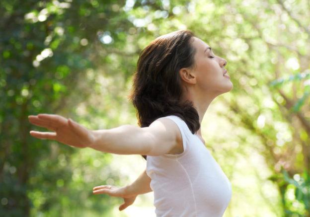 Mulher em meio a natureza buscando o equilíbrio emocional