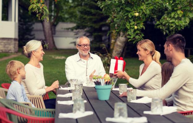 Família sentada em volta da mesa