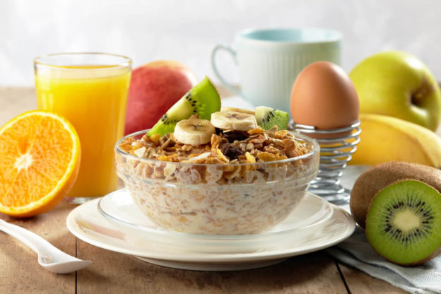 Mesa de café da manhã com alimentos saudaveis