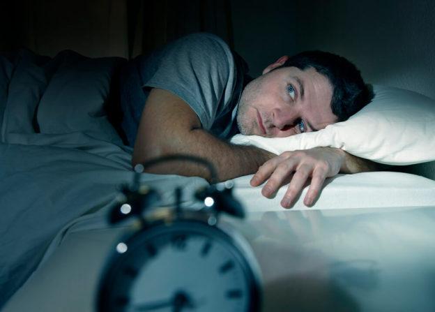 Homem tentando dormir