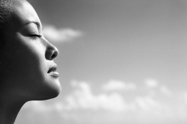 foto do rosto de uma pessoa meditando