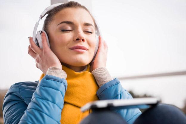 mulher ouvindo música por fone de ouvido